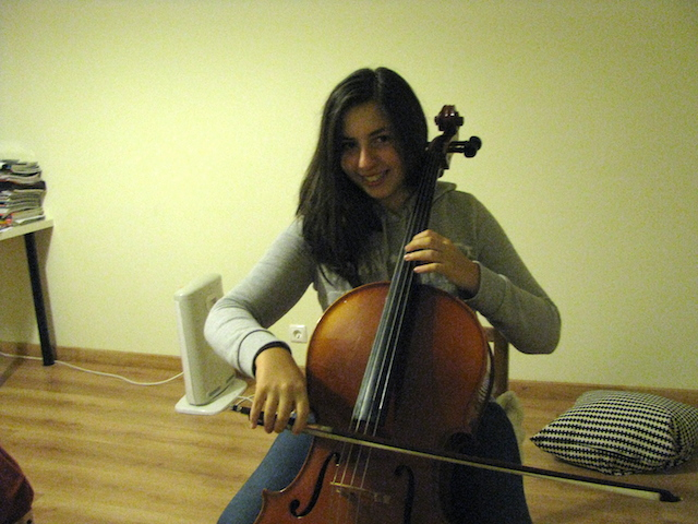 Idil speelt cello